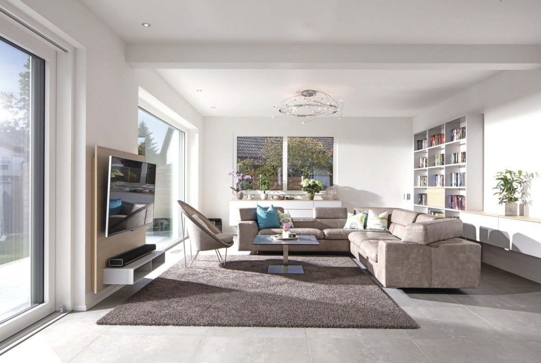 Modernes Wohnzimmer mit Ecksofa beige einrichten - Haus Design innen Ideen Einrichtung WeberHaus Stadtvilla - HausbauDirekt.de
