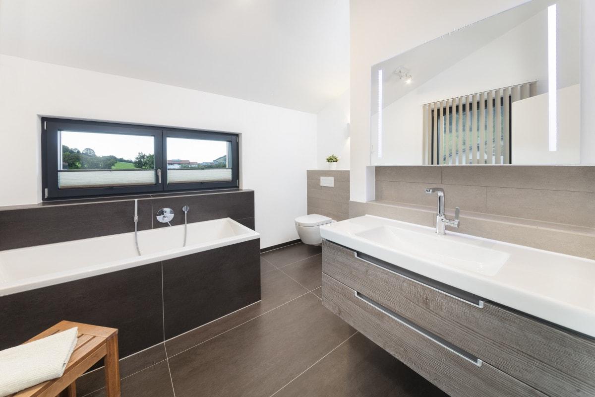 Badezimmer modern mit Badewanne und Oberlicht - Inneneinrichtung Haus Design Ideen innen Fertighaus Ökohaus Schneider / Baufritz - HausbauDirekt.de