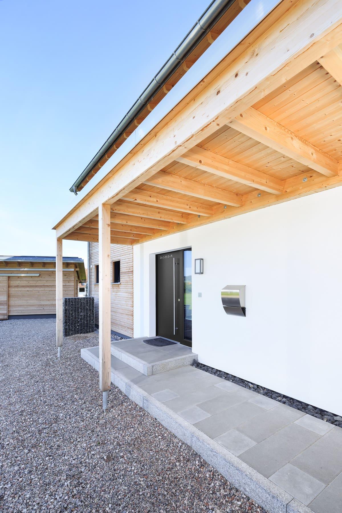 Hauseingang mit Vordach - Architektur Detail Haus Design Ideen Fertighaus Ökohaus Schneider / Baufritz - HausbauDirekt.de