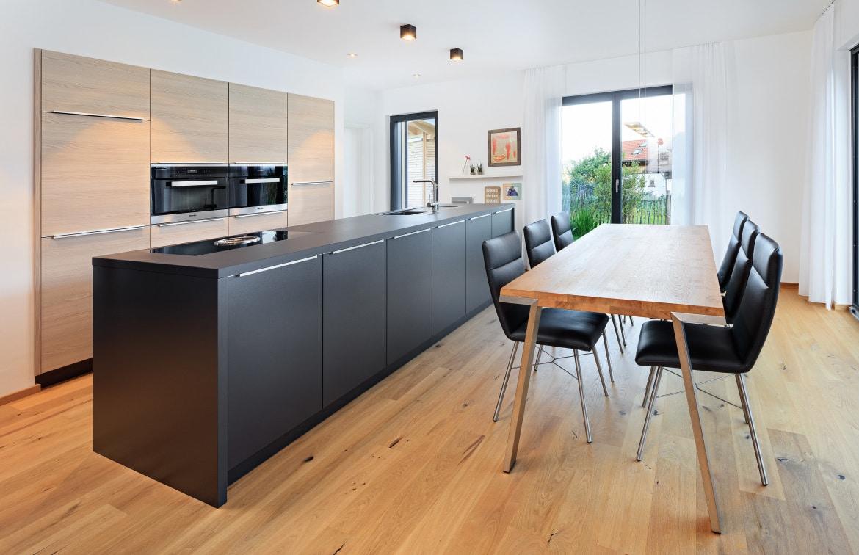 Offene Küche modern mit Kochinsel & grossem Esstisch aus Holz - Inneneinrichtung Haus Design Ideen innen Fertighaus Ökohaus Schneider / Baufritz - HausbauDirekt.de