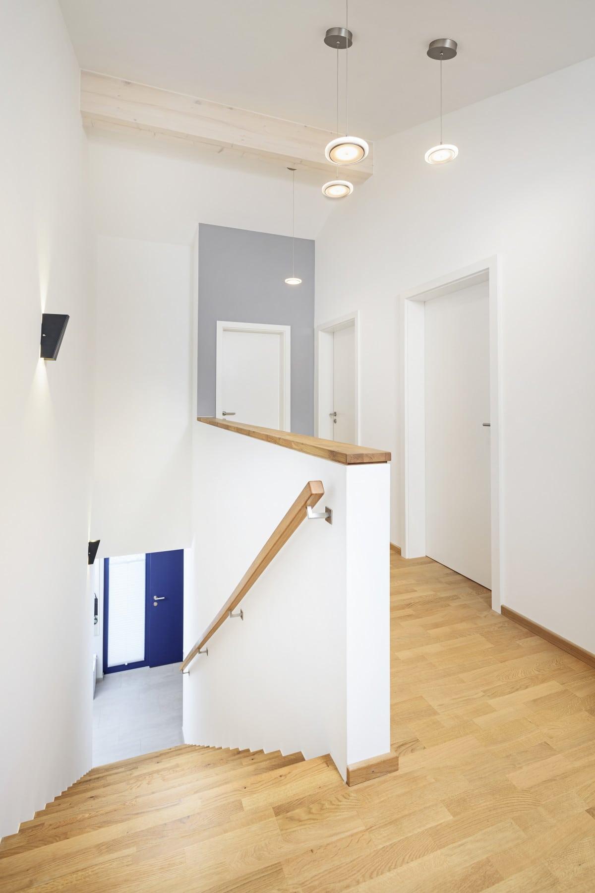 Treppenhaus mit Holz Treppe - Inneneinrichtung Haus Design Ideen innen Fertighaus Ökohaus Schneider / Baufritz - HausbauDirekt.de