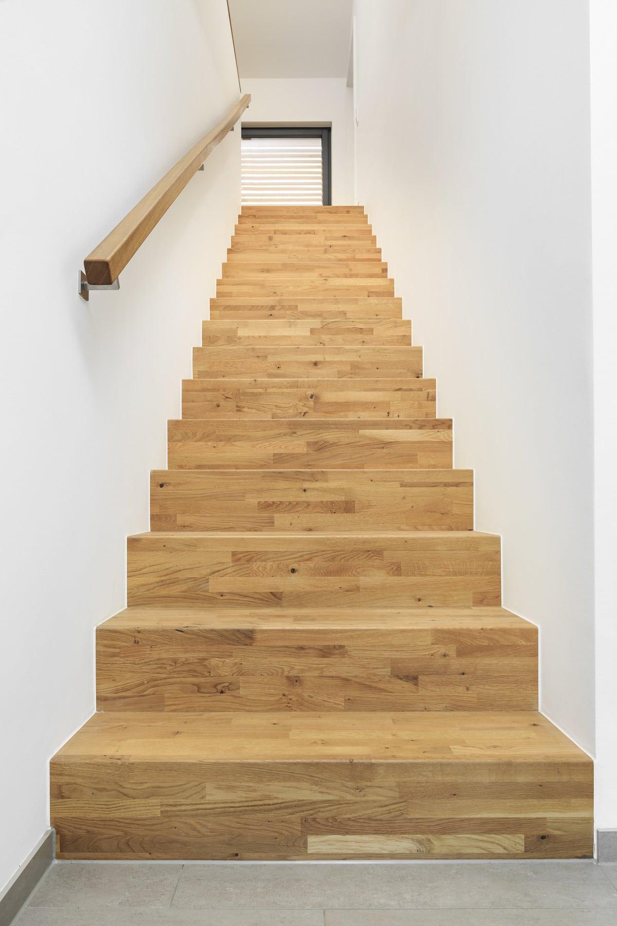 Gerade Innentreppe massiv aus Holz - Inneneinrichtung Haus Design Ideen innen Treppe Fertighaus Ökohaus Schneider / Baufritz - HausbauDirekt.de