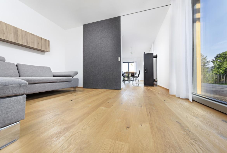 Wohnzimmer mit Schiebetür - Inneneinrichtung Haus Design Ideen innen Fertighaus Ökohaus Schneider / Baufritz - HausbauDirekt.de