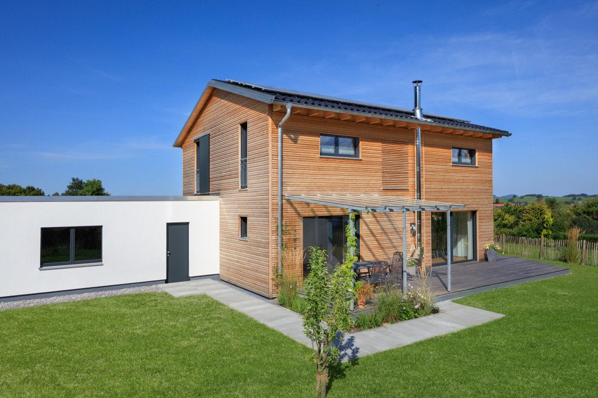 Einfamilienhaus modern mit Satteldach & Holz Fassade bauen - Haus Design Ideen Fertighaus Ökohaus Schneider / Baufritz - HausbauDirekt.de