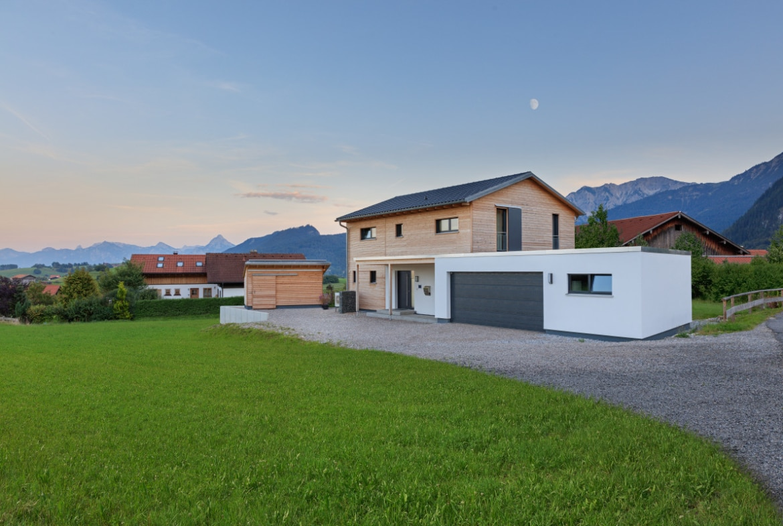 Einfamilienhaus modern mit Garage, Holz Putz Fassade & Satteldach bauen - Haus Design Ideen Fertighaus Ökohaus Schneider / Baufritz - HausbauDirekt.de