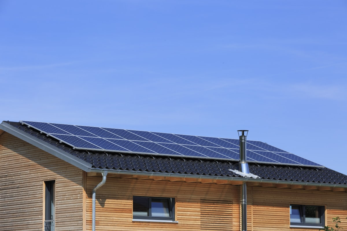 Satteldach mit Photovoltaik - Architektur Detail Haus Design Ideen Fertighaus Ökohaus Schneider / Baufritz - HausbauDirekt.de
