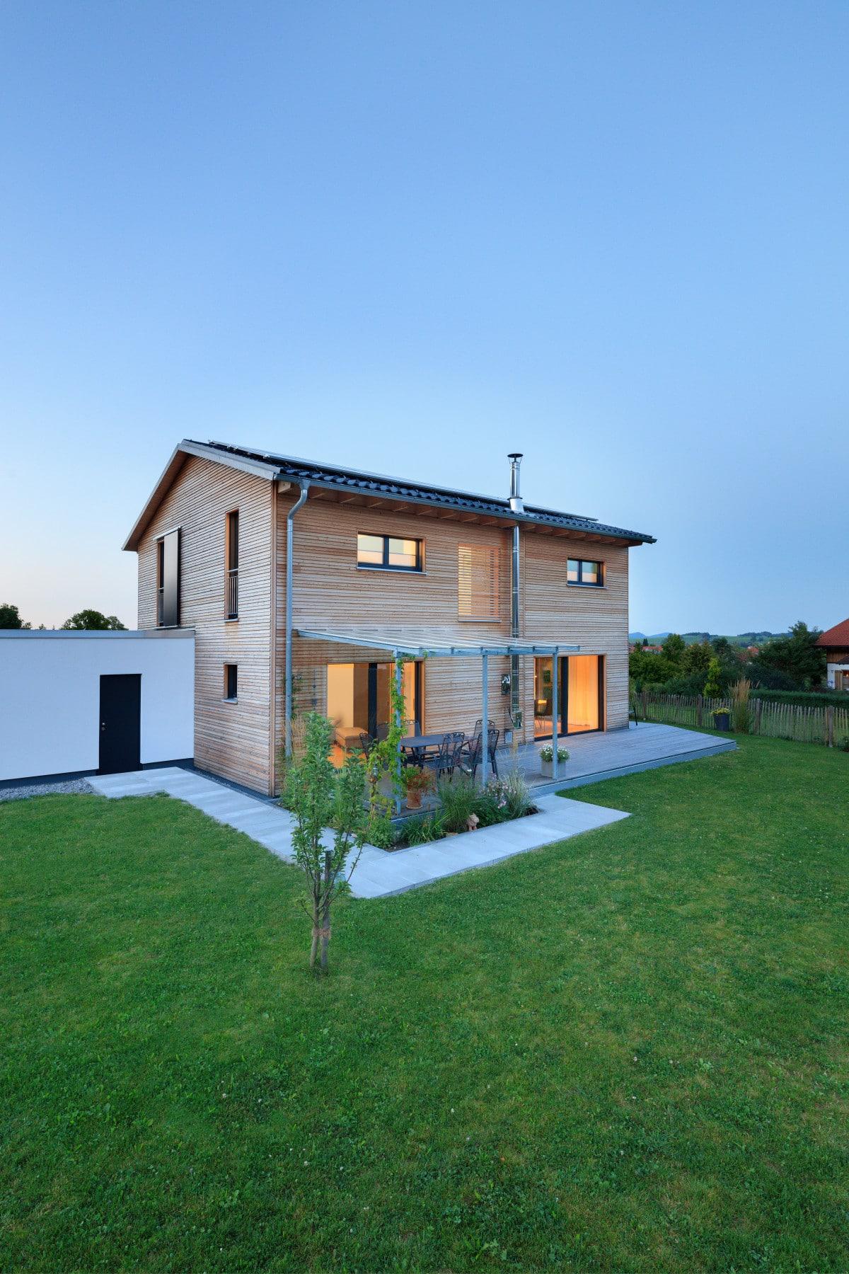Holzhaus modern bauen Einfamilienhaus mit Satteldach & Holz Fassade - Haus Design Ideen Fertighaus Ökohaus Schneider / Baufritz - HausbauDirekt.de