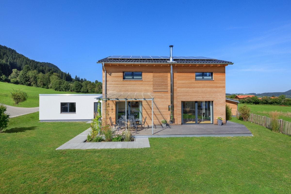 Modernes Holzhaus mit Satteldach & Holz Fassade - Haus Design Ideen Fertighaus Ökohaus Schneider / Baufritz - HausbauDirekt.de
