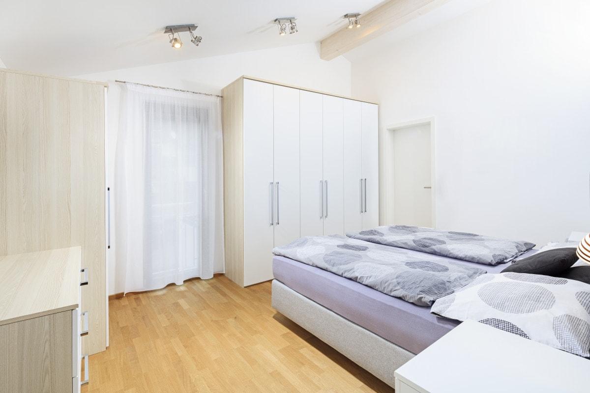 Schlafzimmer mit Dachschräge - Inneneinrichtung Haus Design Ideen innen Fertighaus Ökohaus Schneider / Baufritz - HausbauDirekt.de