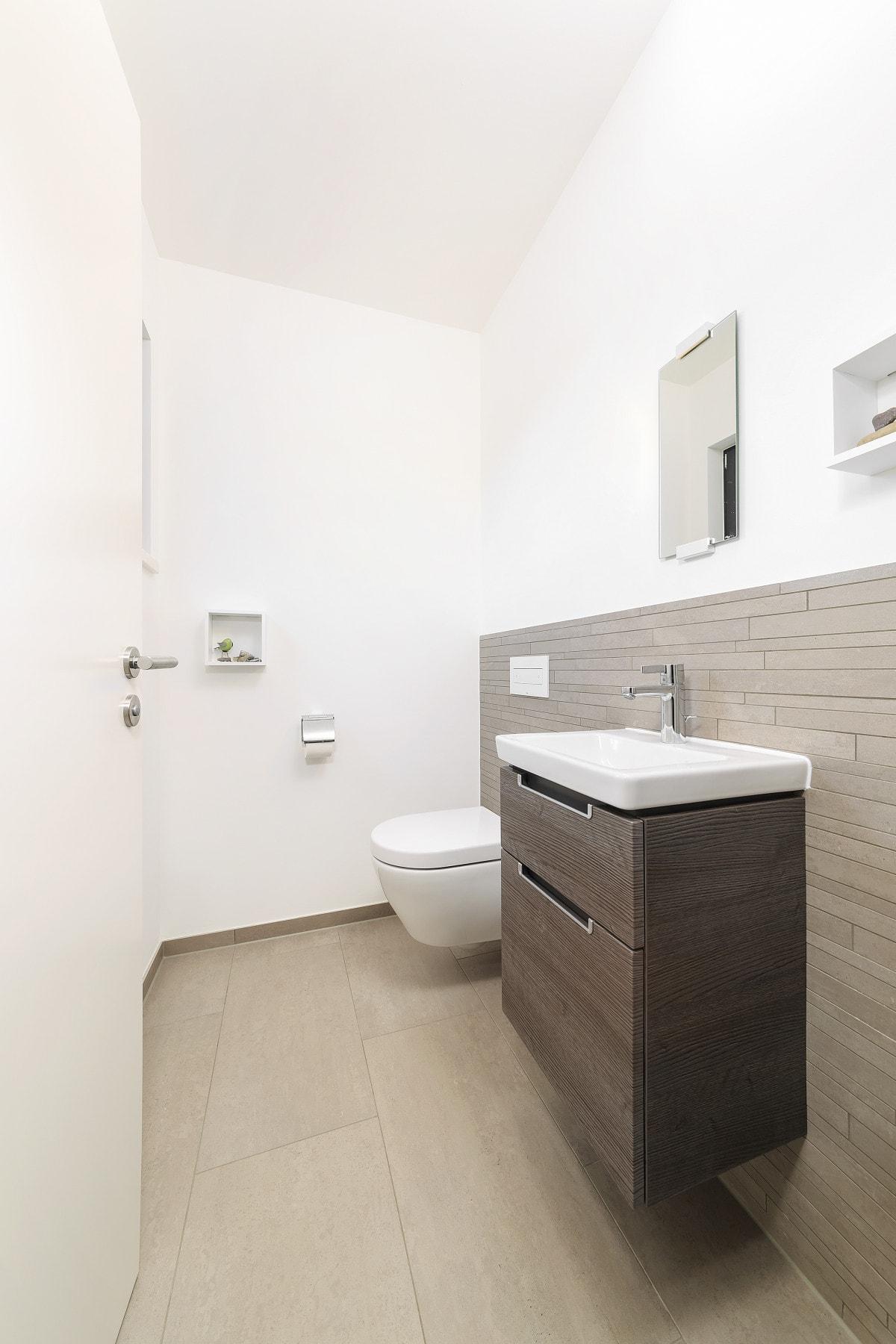 Gäste-WC - Inneneinrichtung Haus Design Ideen innen Fertighaus Ökohaus Schneider / Baufritz - HausbauDirekt.de