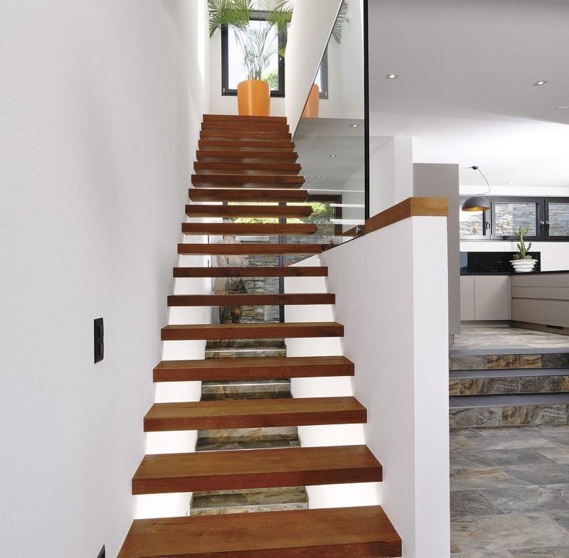 Innentreppe modern offen aus Holz - Inneneinrichtung Ideen Doppelhaus WeberHaus Fertighaus - HausbauDirekt.de