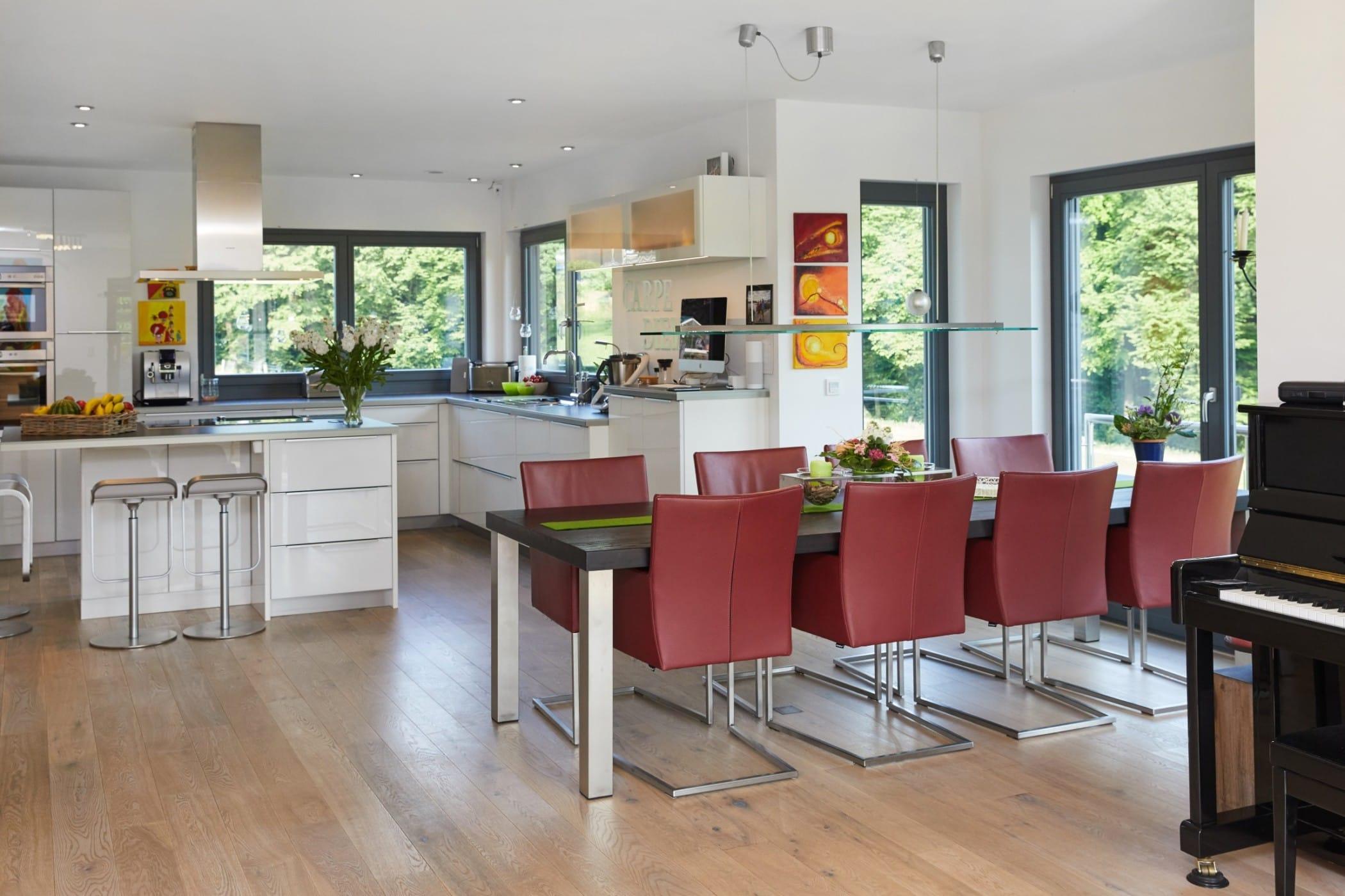 Offene Küche modern mit Kochinsel & Essbereich - Inneneinrichtung Fertighaus Neapel von GUSSEK HAUS - HausbauDirekt.de