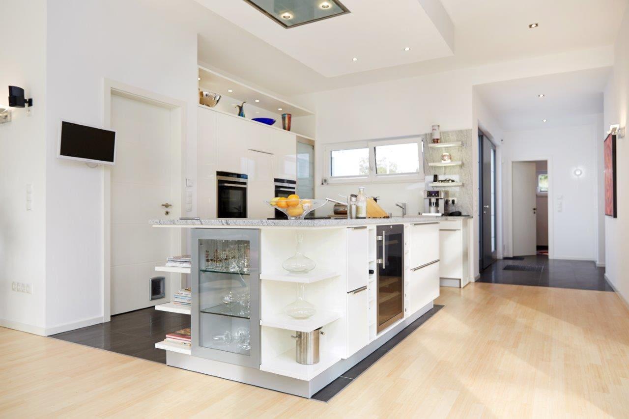 Offene Küche modern mit Kücheninsel weiß - Inneneinrichtung Ideen Fertighaus Bungalow Toulouse von GUSSEK HAUS - HausbauDirekt.de