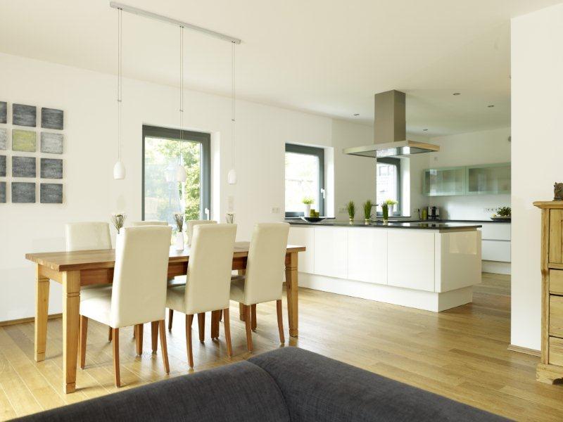 Offene Küche mit Essbereich - Inneneinrichtung Ideen Fertighaus Stadtvilla La Finca von GUSSEK HAUS - HausbauDirekt.de