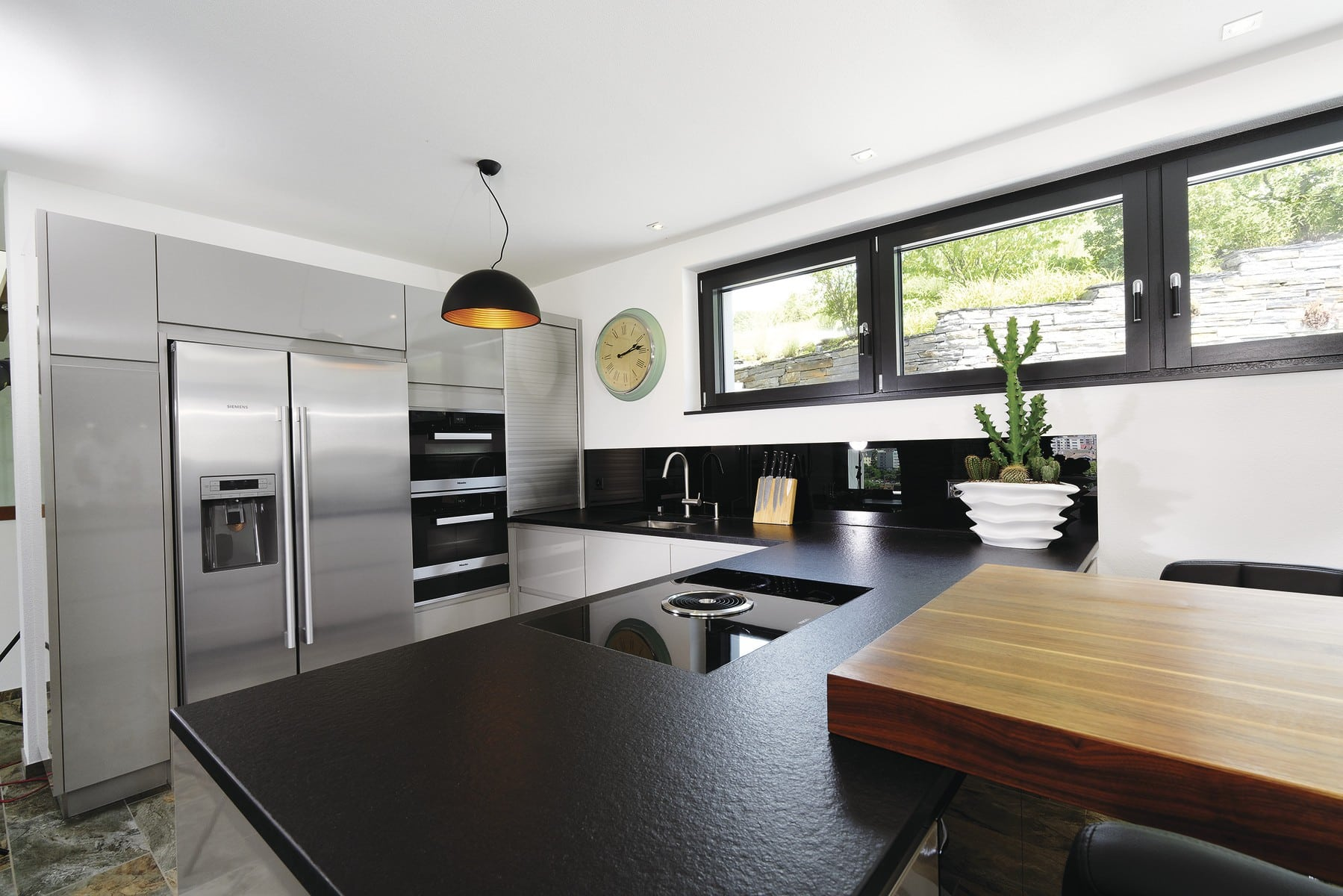 Offene Küche modern mit Theke und Oberlicht - Inneneinrichtung Ideen Doppelhaus WeberHaus Fertighaus - HausbauDirekt.de