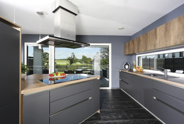 Offene Küche modern grau mit Holz & Kochinsel - Haus Design Ideen innen Fertighaus Stadtvilla Inneneinrichtung City Life Kundenhaus von WeberHaus - HausbauDirekt.de