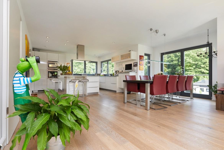 Einfamilienhaus Inneneinrichtung mit offener Küche, Kochinsel & Essbereich - Innen Fertighaus Hainbuchenallee von GUSSEK HAUS - HausbauDirekt.de