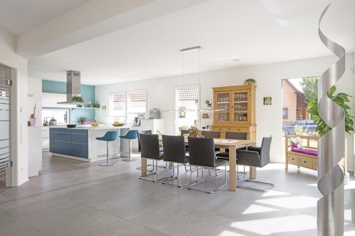 Offene Küche modern mit Esstisch - Haus Design innen Ideen Einrichtung WeberHaus Stadtvilla - HausbauDirekt.de