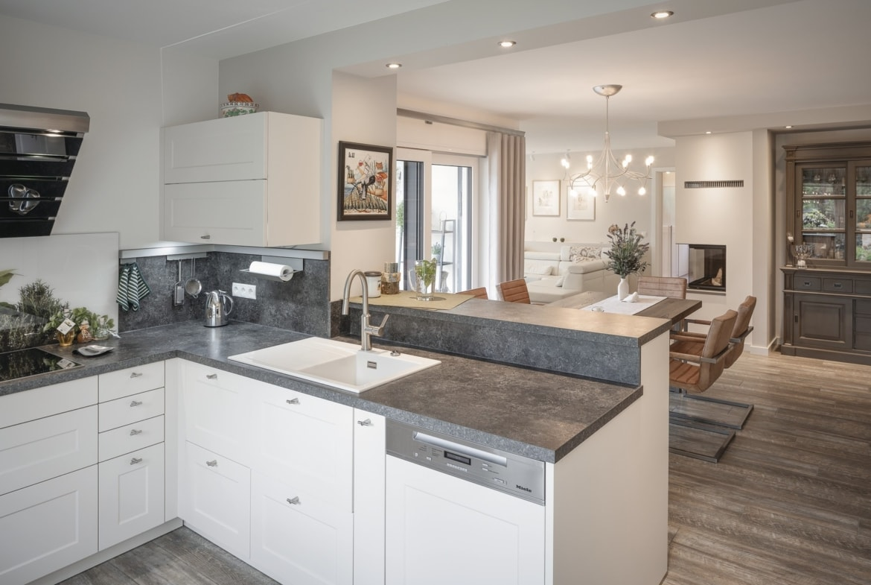 Offenes Küche mit Esszimmer - Inneneinrichtung Haus Design Ideen innen - Fertighaus Bungalow WeberHaus - HausbauDirekt.de