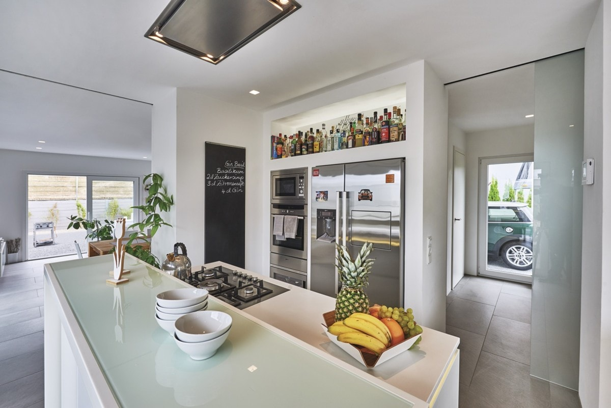Offene Küche modern mit Kochinsel - - Fertighaus Design Ideen Inneneinrichtung Modernes Pultdach Haus von WeberHaus - HausbauDirekt.de
