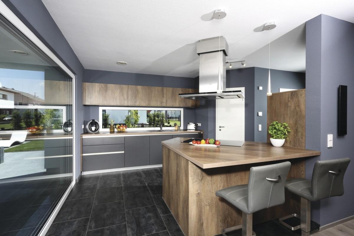 Offene Küche modern grau mit Holz & Tresen - Haus Design Ideen innen Fertighaus Stadtvilla Inneneinrichtung City Life Kundenhaus von WeberHaus - HausbauDirekt.de