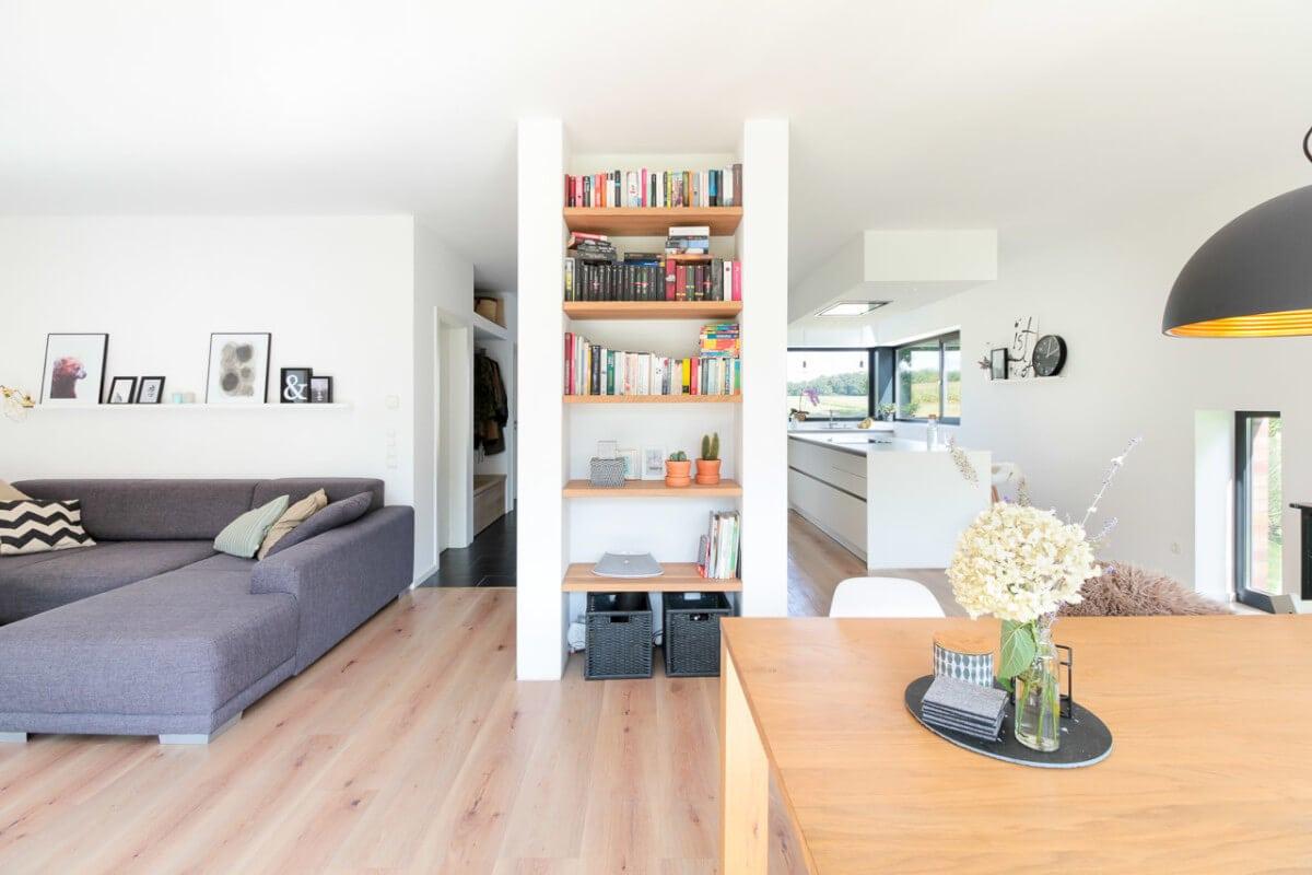 Offenes Wohn-Esszimmer mit Küche - Inneneinrichtung Haus Design Ideen innen Massivhaus Vario-Haus 160 von ECO System HAUS - HausbauDirekt.de