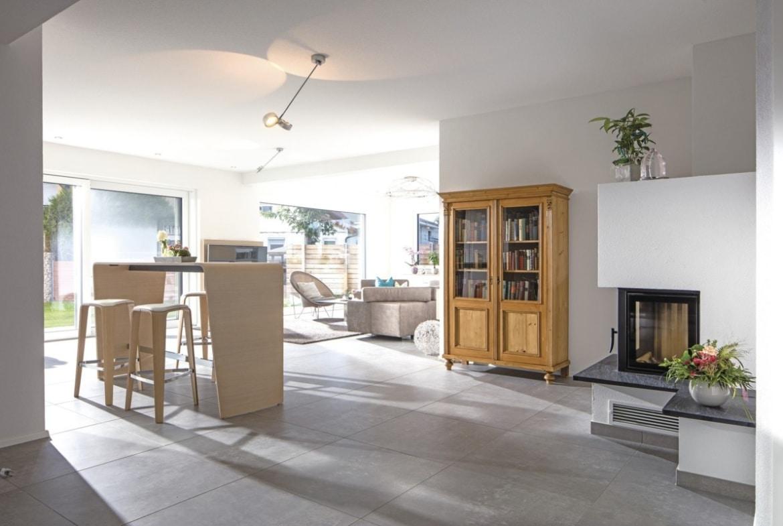 Wohn-Esszimmer offen mit Kamin - Haus Design innen Ideen Einrichtung WeberHaus Stadtvilla - HausbauDirekt.de