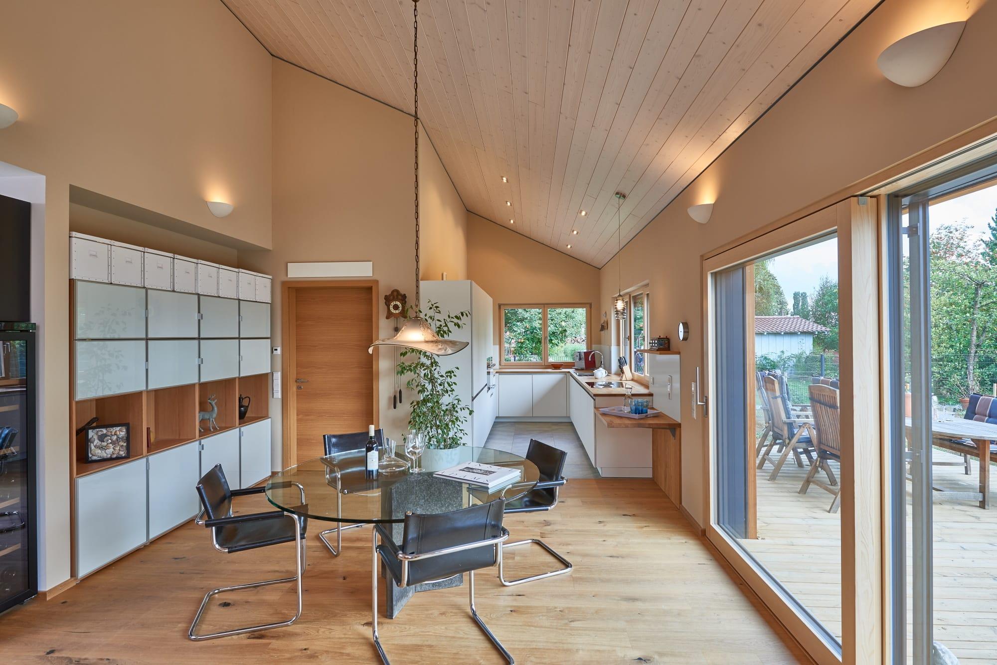 Offenes Wohn- und Esszimmer mit Küche & Holzdecke - Haus Design innen Holzhaus Baufritz ÖKOHAUS SCHWEIGER - HausbauDirekt.de