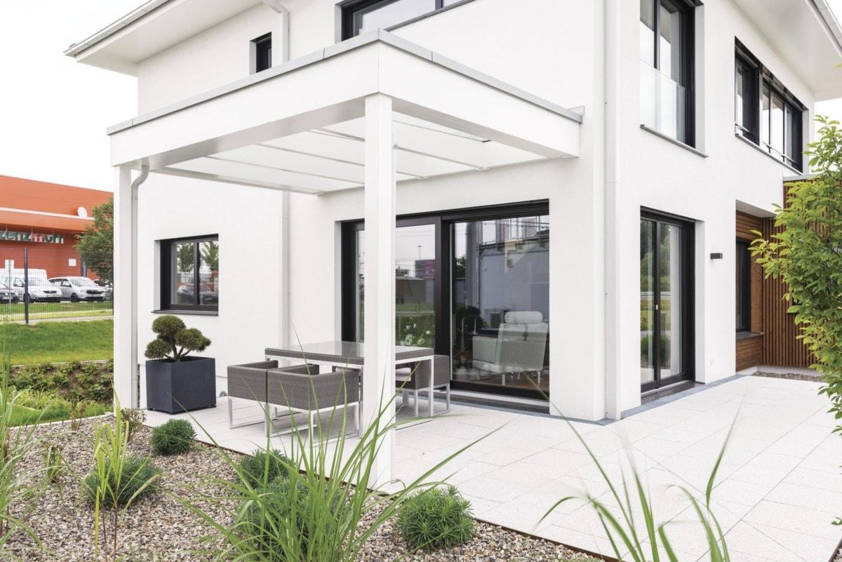 Stadtvilla modern mit Putz Fassade & Terrasse mit Pergola - Architektur Detail Terrassengestaltung Ideen WeberHaus Stadtvilla Guenzburg - HausbauDirekt.de