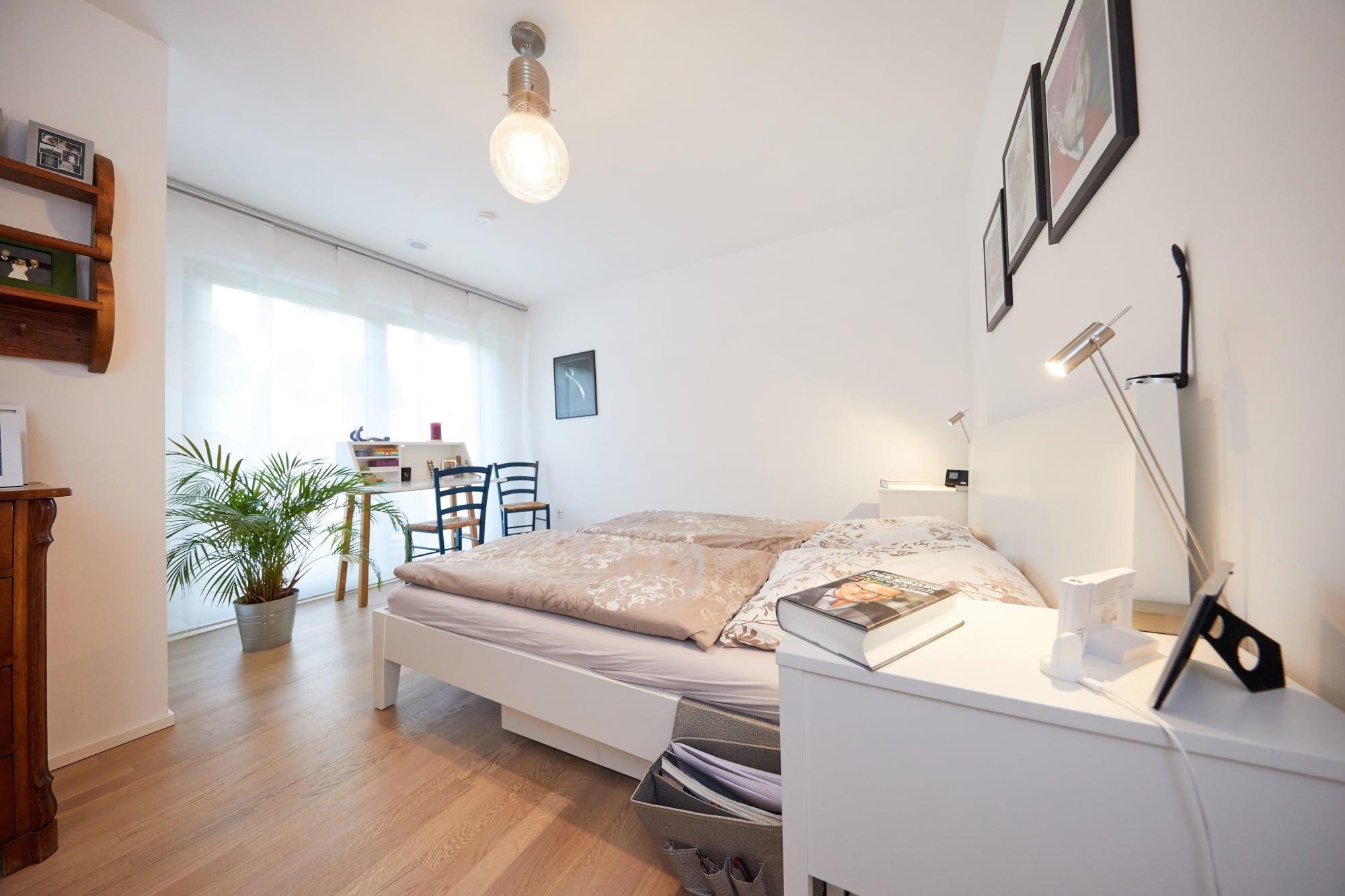 Schlafzimmer weiß - Inneneinrichtung Doppelhaushälfte Fertighaus Marseille von GUSSEK HAUS - HausbauDirekt.de