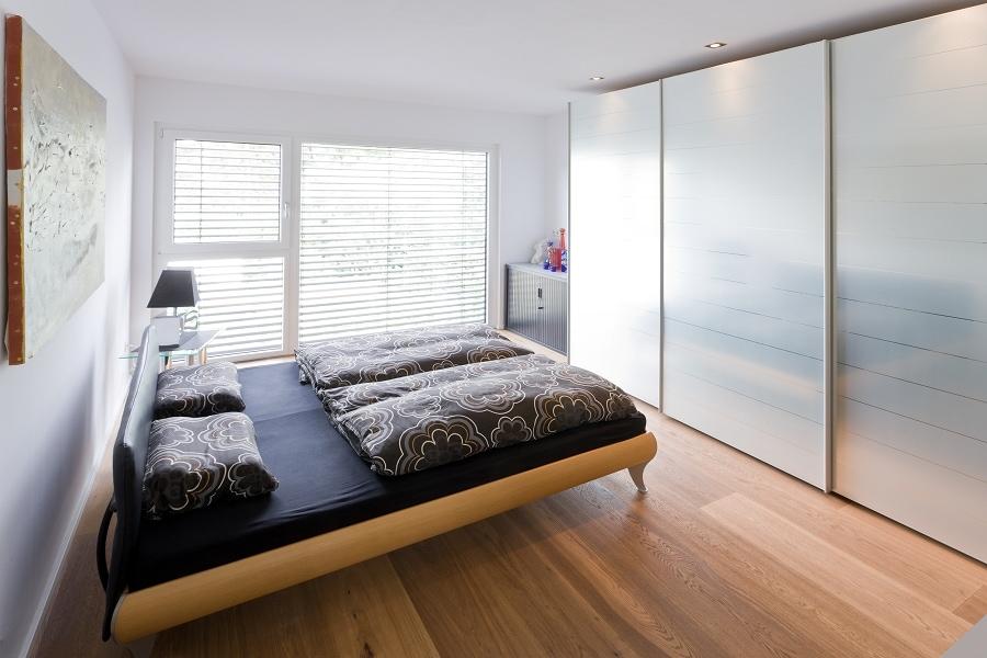 Schlafzimmer mit Schrank - Ideen Inneneinrichtung Stadtvilla Santa Monica von GUSSEK HAUS - HausbauDirekt.de