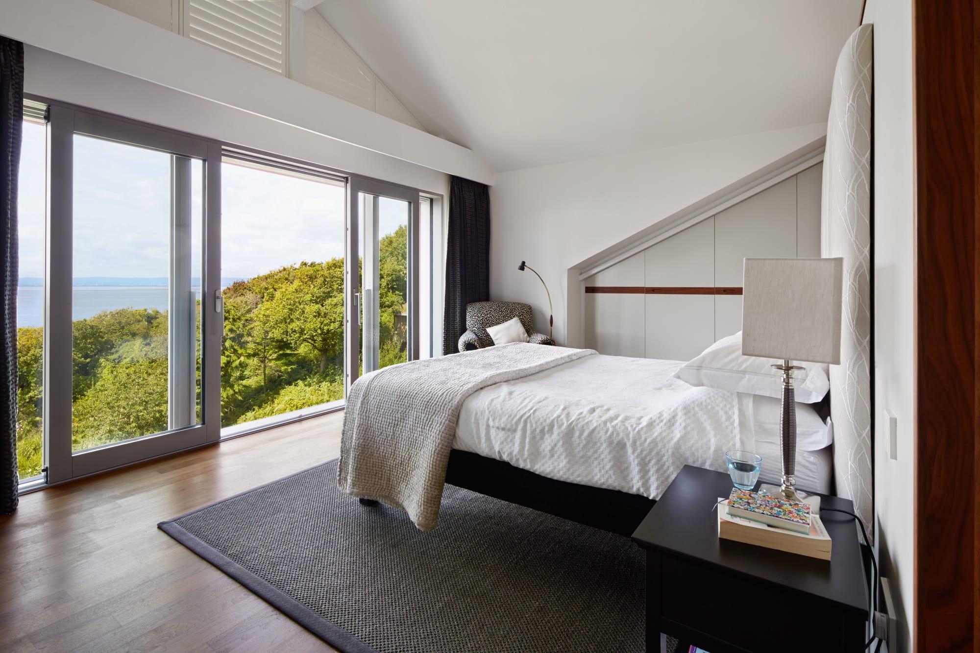 Schlafzimmer modern im Landhausstil - Inneneinrichtung Landhaus Villa Baufritz Fertighaus FORTESCUE - HausbauDirekt.de
