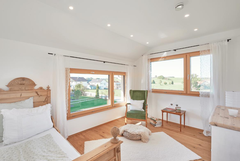 Schlafzimmer modern im Landhausstil - Inneneinrichtung Haus Design Ideen innen Modernes Landhaus WeberHaus Fertighaus - HausbauDirekt.de
