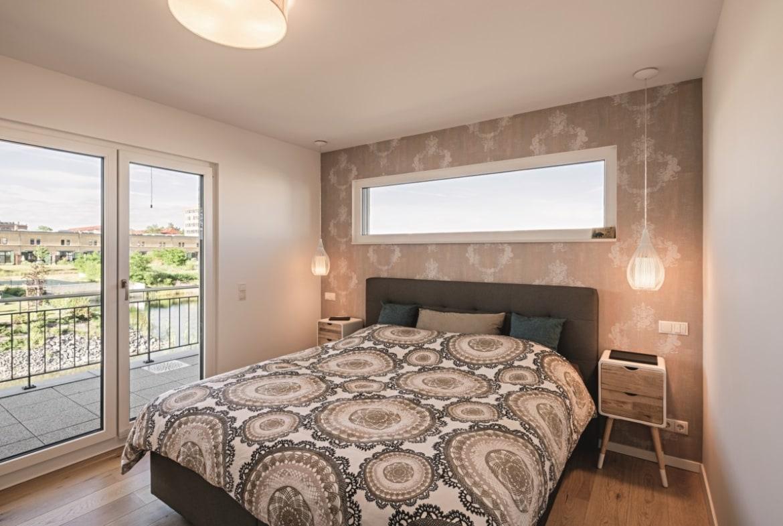 Schlafzimmer mit Oberlicht über Bett & Tapete - Haus Design Ideen innen Einfamilienhaus Inneneinrichtung Fertighaus Lichtdurchfluteter Kubus von WeberHaus - HausbauDirekt.de