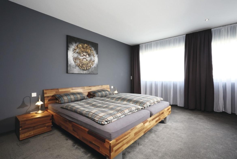Schlafzimmer Wandfarbe grau - Haus Design Ideen innen Fertighaus Stadtvilla Inneneinrichtung City Life Kundenhaus von WeberHaus - HausbauDirekt.de