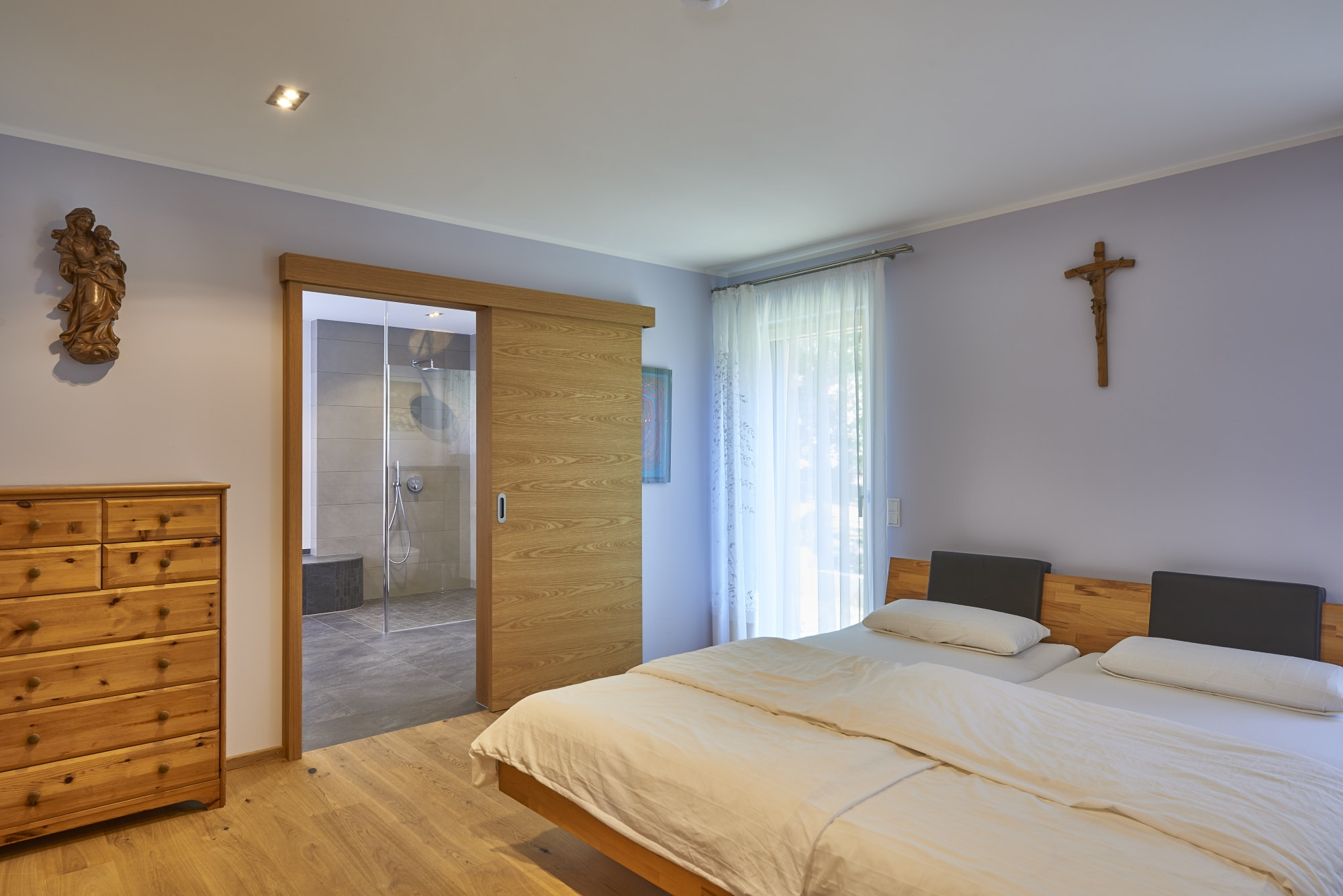Schlafzimmer barrierefrei mit Schiebetür zum Badezimmer - Haus Design innen Holzhaus Baufritz ÖKOHAUS SCHWEIGER - HausbauDirekt.de