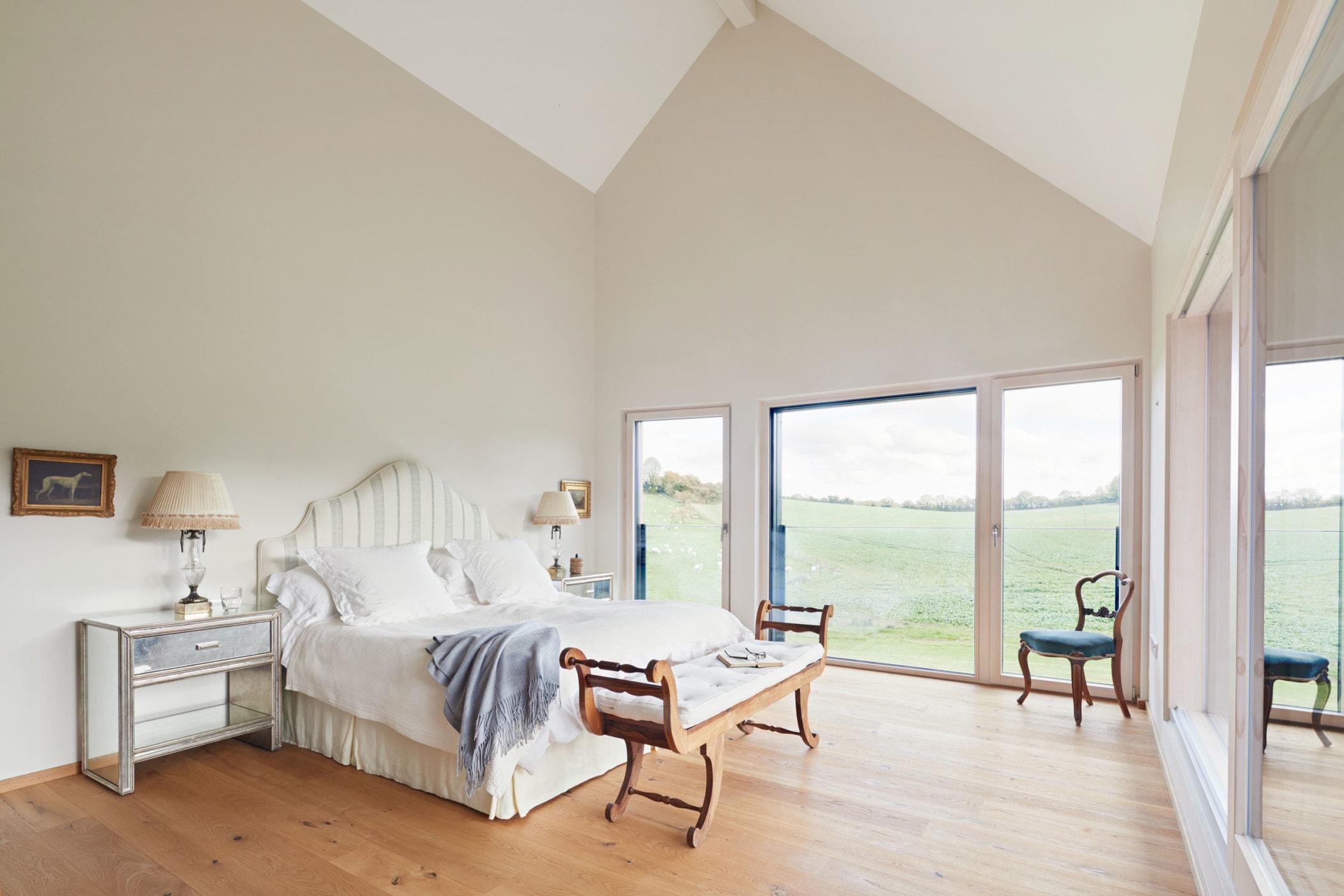 Schlafzimmer im Landhausstil mit Dachschräge - Inneneinrichtung Haus Design Ideen innen Baufritz Landhaus LLOYD WEBBER - HausbauDirekt.de