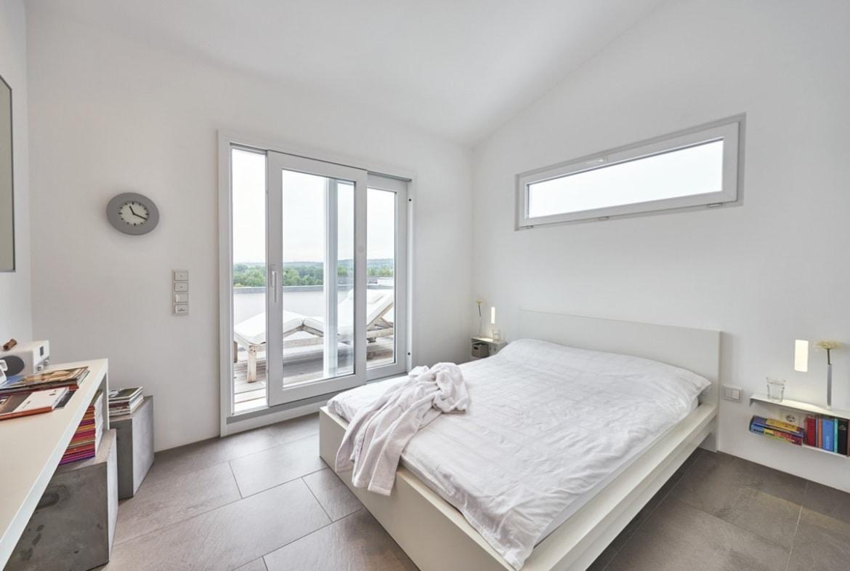 Schlafzimmer modern weiss mit Oberlicht über Bett - - Fertighaus Design Ideen Inneneinrichtung Modernes Pultdach Haus von WeberHaus - HausbauDirekt.de