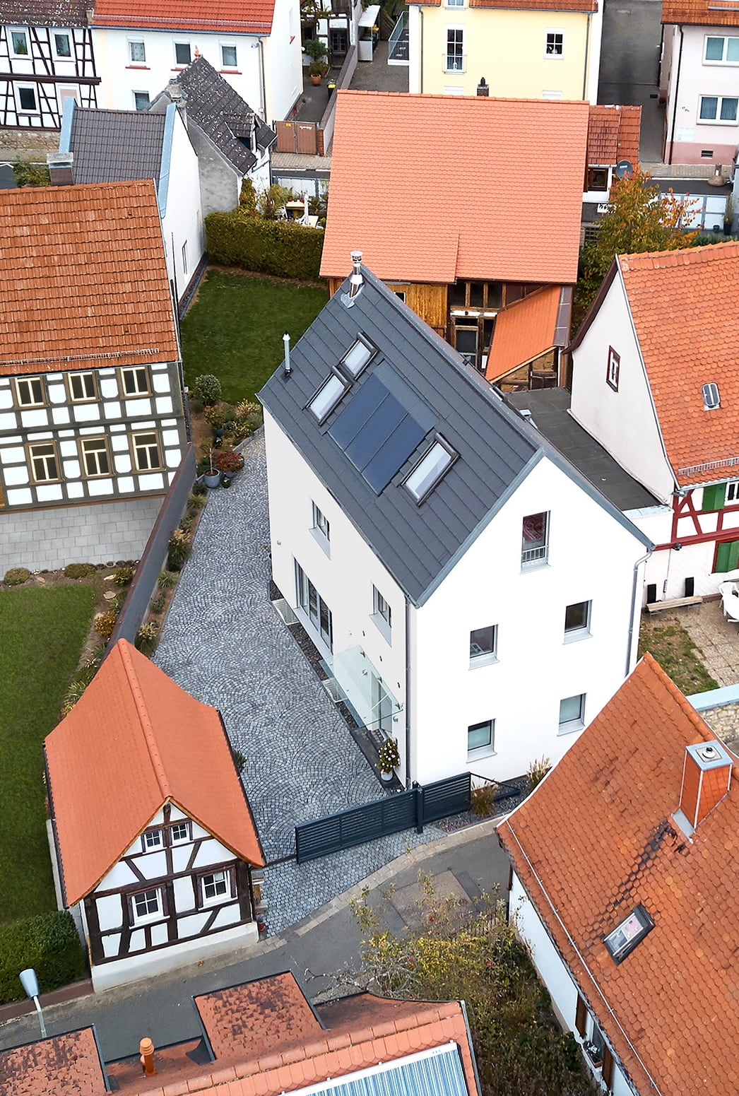 Modernes Stadthaus mit Satteldach & Putz Fassade - Fertighaus bauen Ideen ökologisches Baufritz Haus STADTHAUS EHRMANN - HausbauDirekt.de