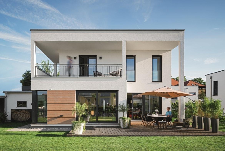 Haus Design modern weiss im Bauhausstil mit Flachdach bauen - Einfamilienhaus Ideen Fertighaus Lichtdurchfluteter Kubus von WeberHaus - HausbauDirekt.de