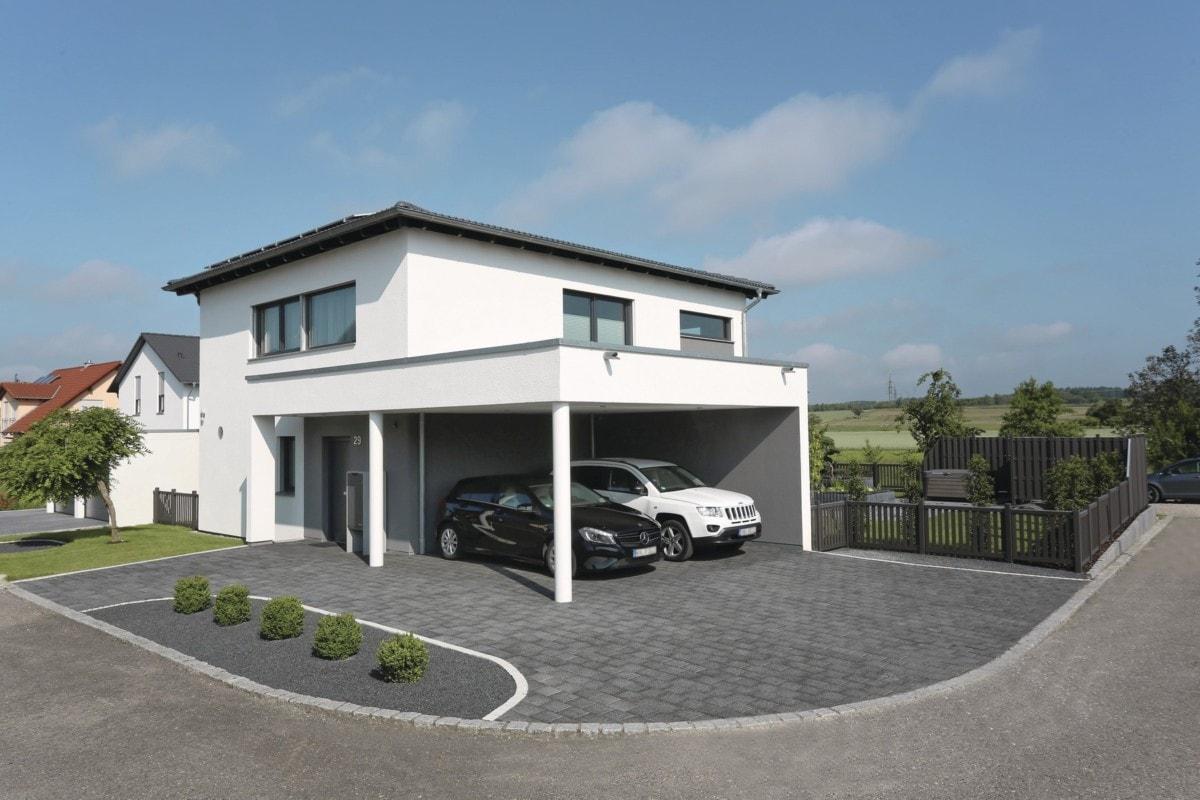 Stadtvilla modern weiss mit Walmdach, Carport & Putz Fassade bauen - Haus Design Ideen Fertighaus City Life Kundenhaus von WeberHaus - HausbauDirekt.de