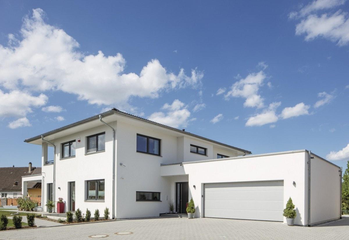 Fertighaus Stadtvilla modern weiss mit Garage, Putz Fassade und Walmdach - Haus bauen Ideen Pläne modern WeberHaus Villa - HausbauDirekt.de