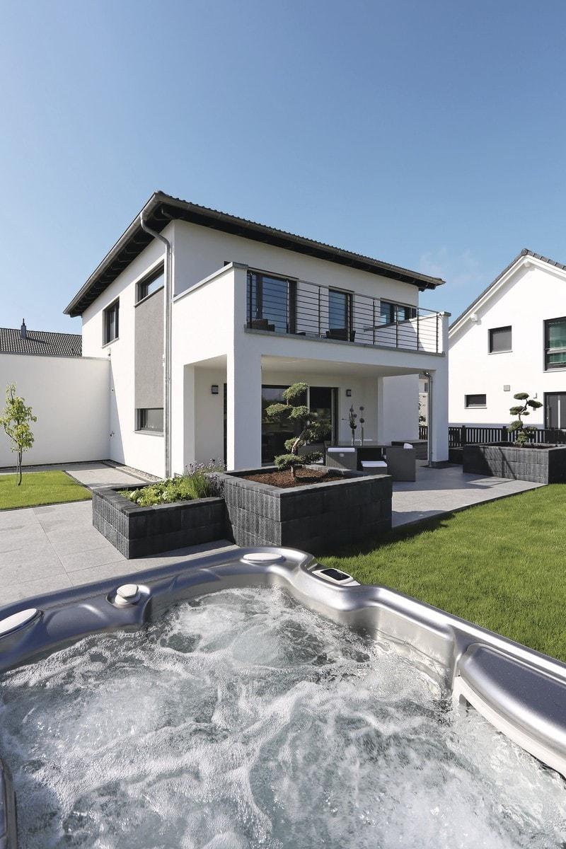 Stadtvilla modern mit Walmdach & Jacuzzi im Garten - Haus Design Ideen Fertighaus Stadtvilla City Life Kundenhaus von WeberHaus - HausbauDirekt.de