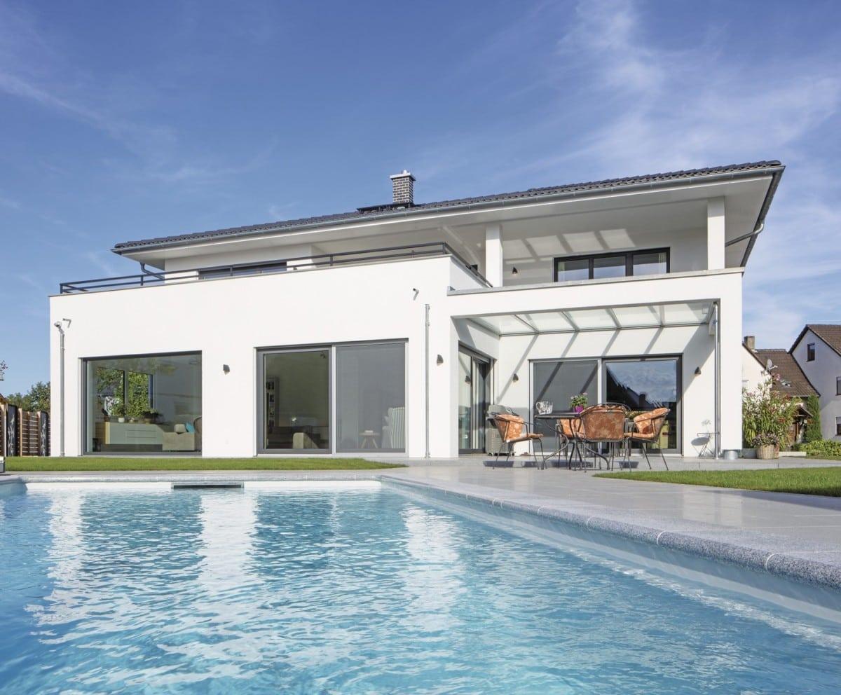 Stadtvilla modern weiss mit Putz Fassade, Walmdach und Pool - Haus bauen Ideen Pläne Stadthaus modern WeberHaus Villa - HausbauDirekt.de