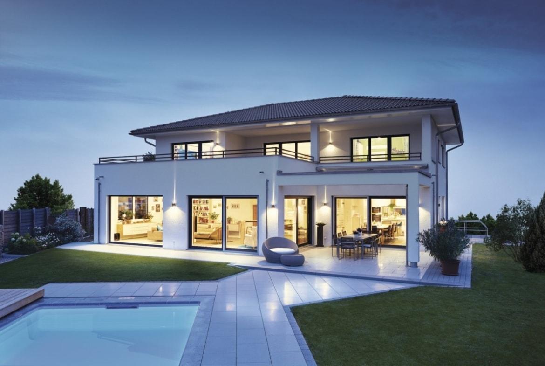 Moderne Stadtvilla weiss mit Putz Fassade, Walmdach und Pool - Haus bauen Ideen Pläne modern WeberHaus Fertighaus Villa - HausbauDirekt.de