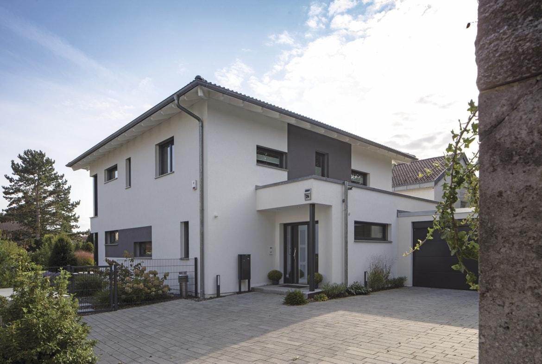 Stadtvilla modern mit Garage, Walmdach & Putz Fassade bauen - Haus Ideen Fertighaus CityLife WeberHaus - HausbauDirekt.de