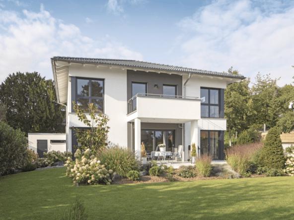 Neubau Stadtvilla modern mit Walmdach, Putz Fassade & Balkon bauen - Haus Ideen Fertighaus CityLife WeberHaus - HausbauDirekt.de