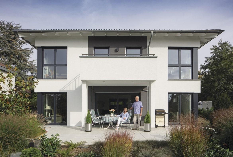 Einfamilienhaus Stadtvilla modern mit Walmdach, Putz Fassade grau weiss & Balkon bauen - Haus Ideen Fertighaus CityLife WeberHaus - HausbauDirekt.de