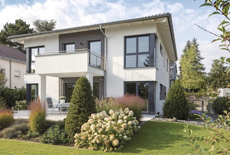 Moderne Neubau Stadtvilla mit Walmdach, Putz Fassade & Balkon bauen - Haus Ideen Fertighaus CityLife WeberHaus - HausbauDirekt.de