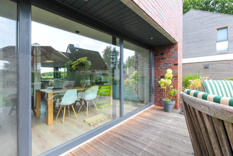 Terrasse mit Holz - Architektur Detail Haus Design Ideen Massivhaus Vario-Haus 160 von ECO System HAUS - HausbauDirekt.de